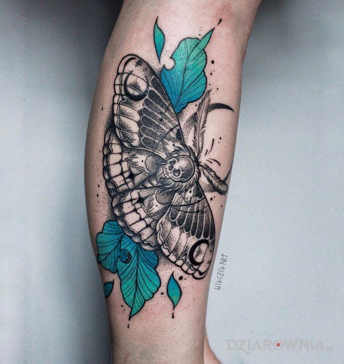 Tatuaż ćma  czaszka  liście w motywie kolorowe i stylu graficzne / ilustracyjne na nodze