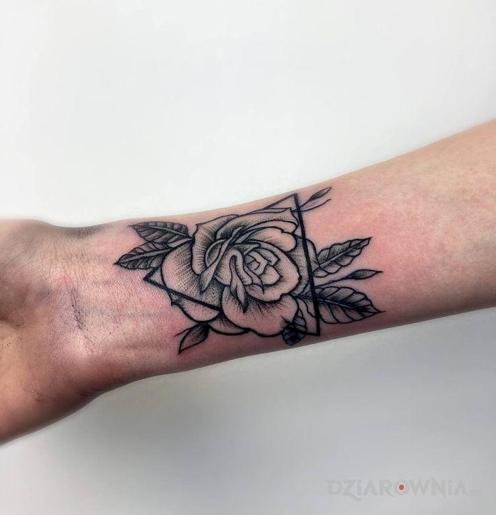 Tatuaż róża w motywie kwiaty i stylu graficzne / ilustracyjne na ręce