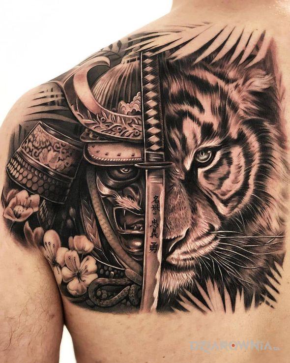 Tatuaż pół na pół w motywie czarno-szare i stylu realistyczne na plecach