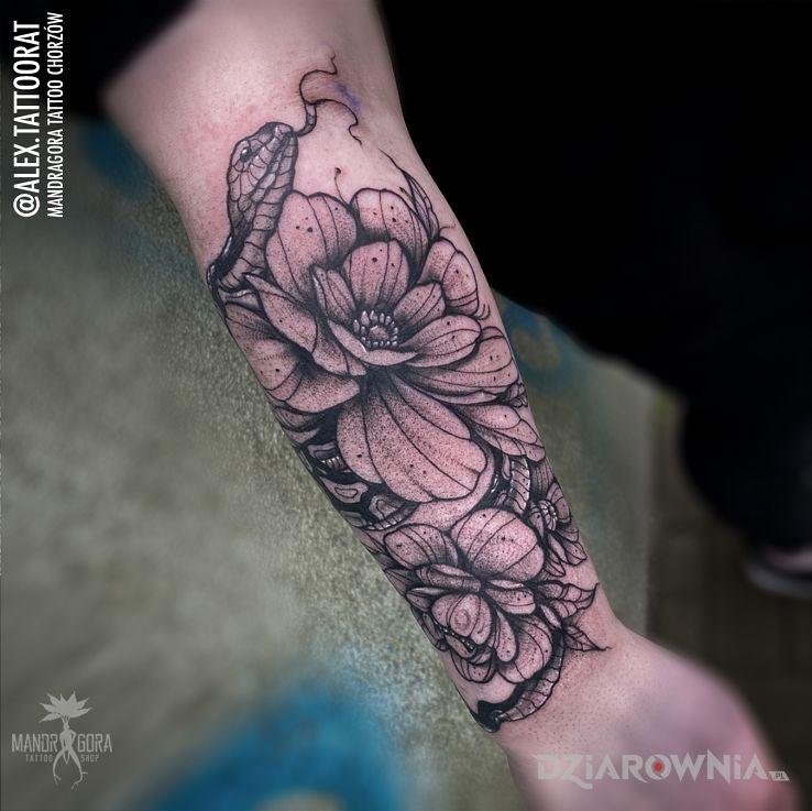 Tatuaż kompozycja kwiatowa z wężem w motywie kwiaty i stylu graficzne / ilustracyjne na przedramieniu
