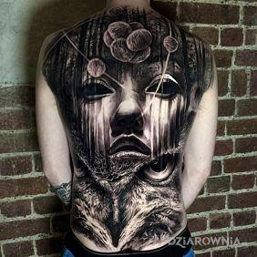 Dzielo sztuki na plecach