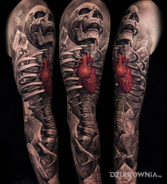 Tatuaż serce w nim żywe w motywie anatomiczne i stylu realistyczne na przedramieniu