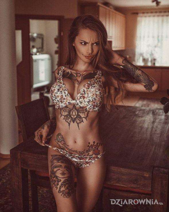 Tatuaż cos jej sie nie podoba w motywie czarno-szare i stylu graficzne / ilustracyjne na ręce