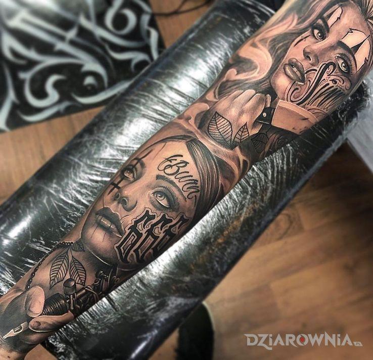 Tatuaż dwie kobiece twarze z tatuażami w motywie 3D i stylu realistyczne na ramieniu