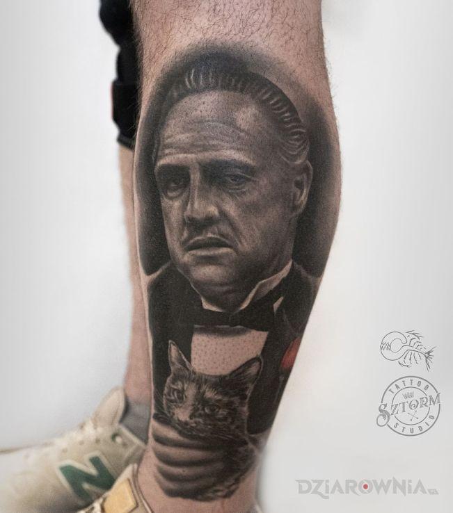 Tatuaż ojciec chrzestny w motywie mroczne i stylu realistyczne na piszczeli