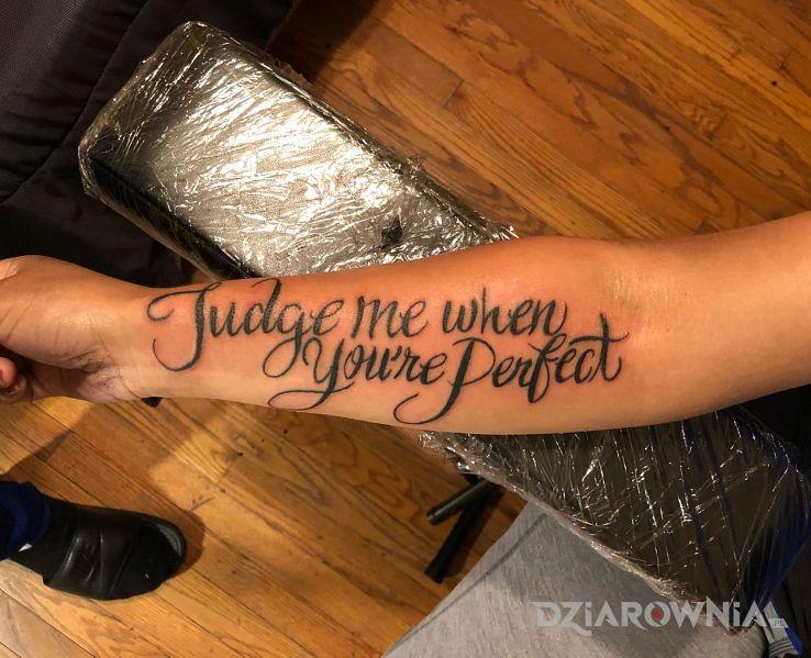 Tatuaż ocenianie innych w motywie napisy i stylu kaligrafia na ręce