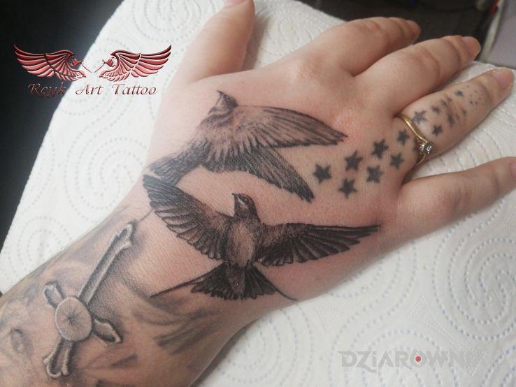 Tatuaż jaskoleczki w motywie zwierzęta i stylu realistyczne na dłoni