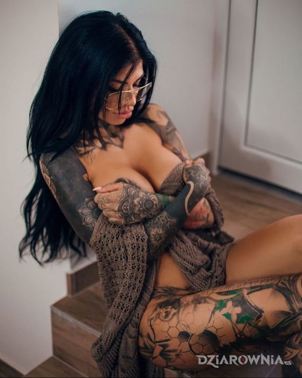 Tatuaż trzyma swoje skarby w motywie seksowne i stylu blackwork / blackout na ramieniu