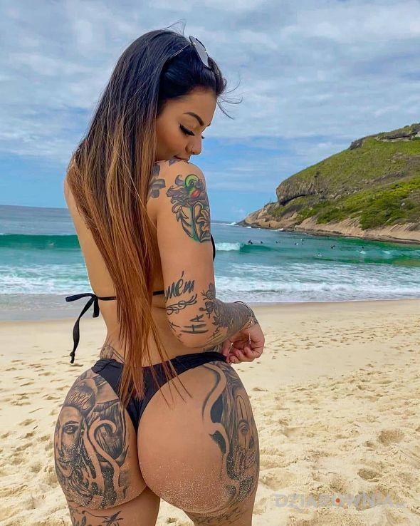 Tatuaż plazowa dziewczyna w motywie czarno-szare i stylu graficzne / ilustracyjne na ramieniu
