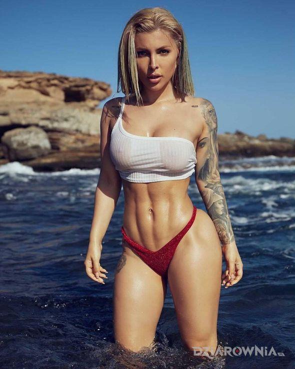 Tatuaż blondynka w wodzie w motywie seksowne i stylu graficzne / ilustracyjne na ręce