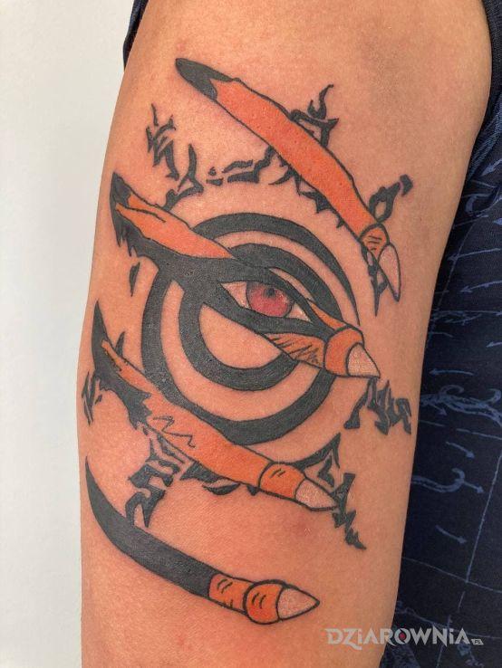 Tatuaż kurama naruto w motywie kolorowe i stylu kreskówkowe / komiksowe na bicepsie