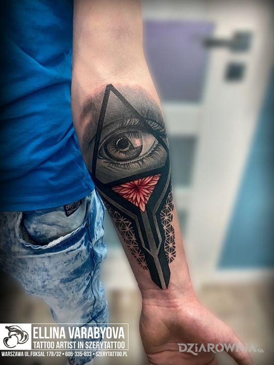 Tatuaż oko opatrzności w motywie 3D i stylu neotradycyjne na przedramieniu
