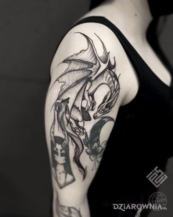 Tatuaż smoczysko w motywie zwierzęta i stylu dotwork na ramieniu