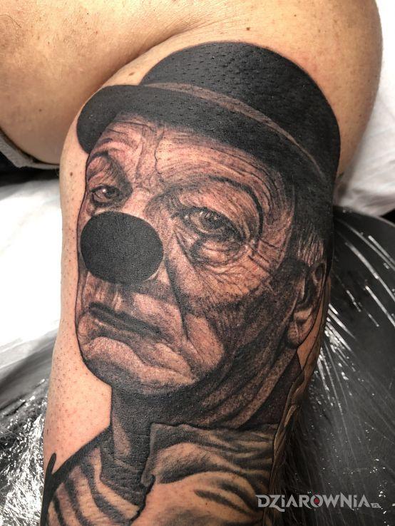 Tatuaż smutny klaun w motywie twarze i stylu dotwork na klatce
