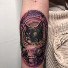 Tatuaż kosmiczny kot na ręce, motyw: kolorowe, styl: realistyczne