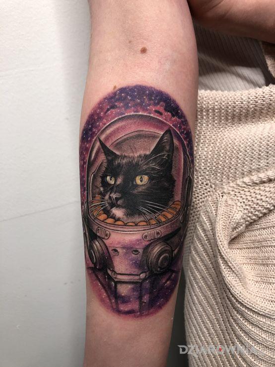 Tatuaż kosmiczny kot w motywie manga / anime i stylu realistyczne na przedramieniu