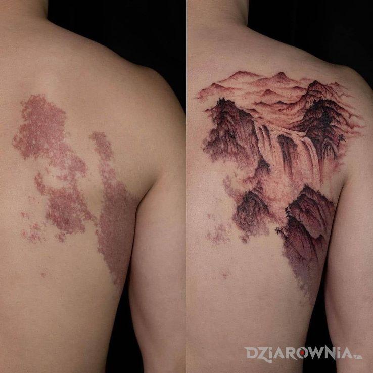 Tatuaż przerobione znamię w motywie cover up i stylu realistyczne na łopatkach