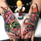 Tatuaż dziwaczne stworzenia na dłoni, motyw: kolorowe, styl: newschool