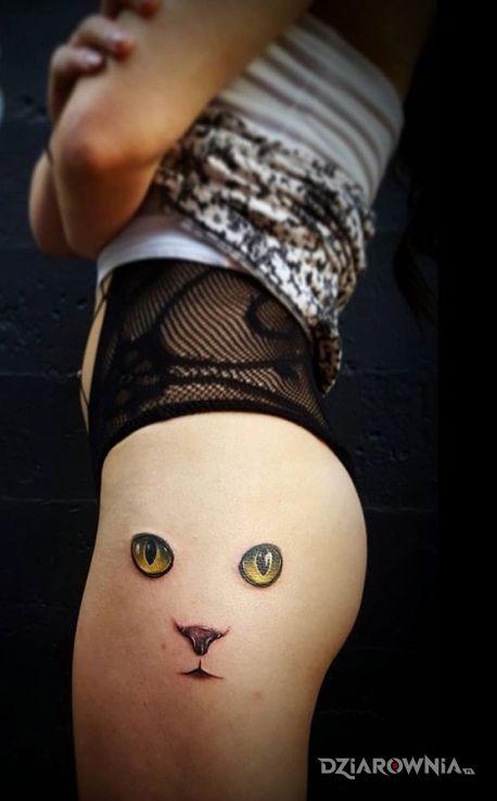 Tatuaż kocie oczy w motywie zwierzęta na nodze