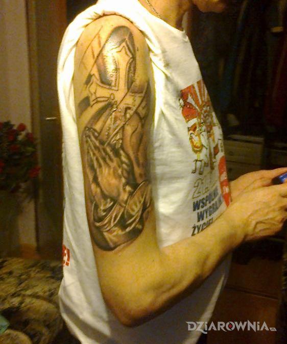 Tatuaż różaniec i krzyż w motywie religijne i stylu realistyczne na przedramieniu