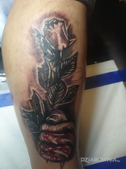 Tatuaż róża w motywie rozdarta skóra na łydce