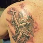 Anioł z krzyżem w rękach