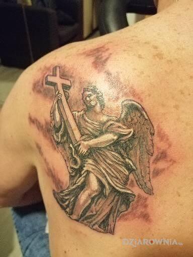 Tatuaż anioł w motywie religijne na łopatkach