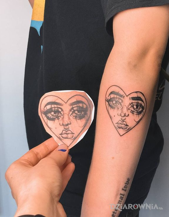 Tatuaż serduszko w motywie czarno-szare i stylu kreskówkowe / komiksowe na ręce