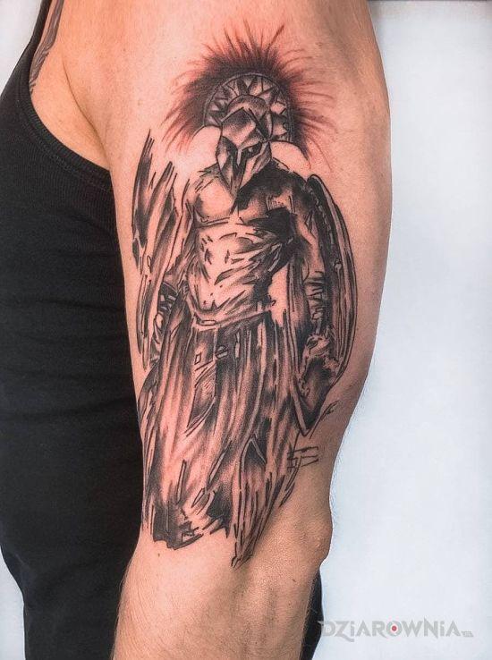 Tatuaż spartanin blackwork w motywie wojna i stylu kontury / linework na ramieniu