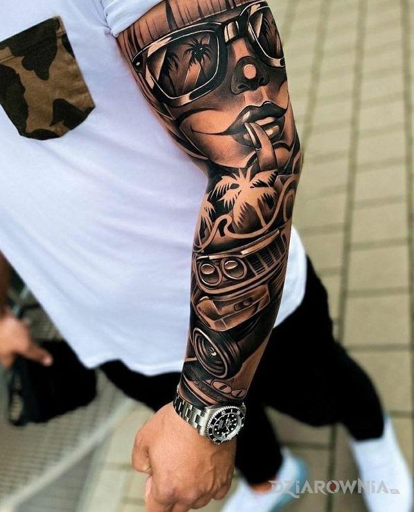Tatuaż dziewczyna w okularze w motywie rękawy i stylu realistyczne na ramieniu