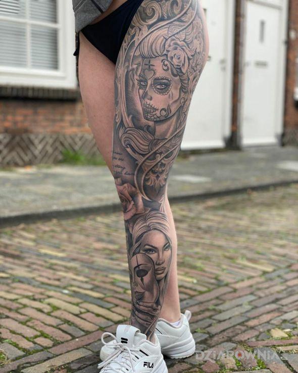 Tatuaż styloweczka jak z meksyku w motywie twarze i stylu realistyczne na nodze