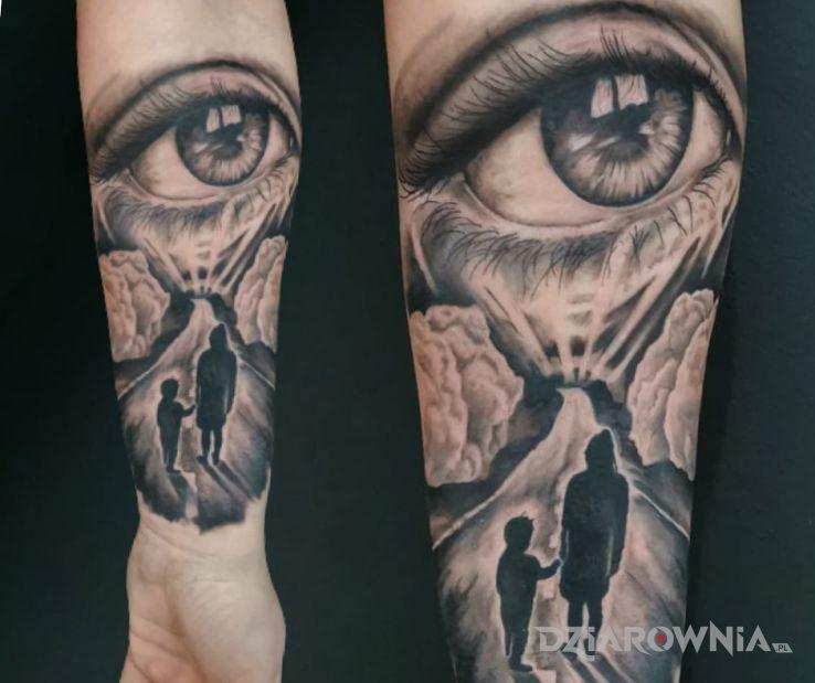 Tatuaż rodzina w motywie postacie i stylu iluzja optyczna na przedramieniu