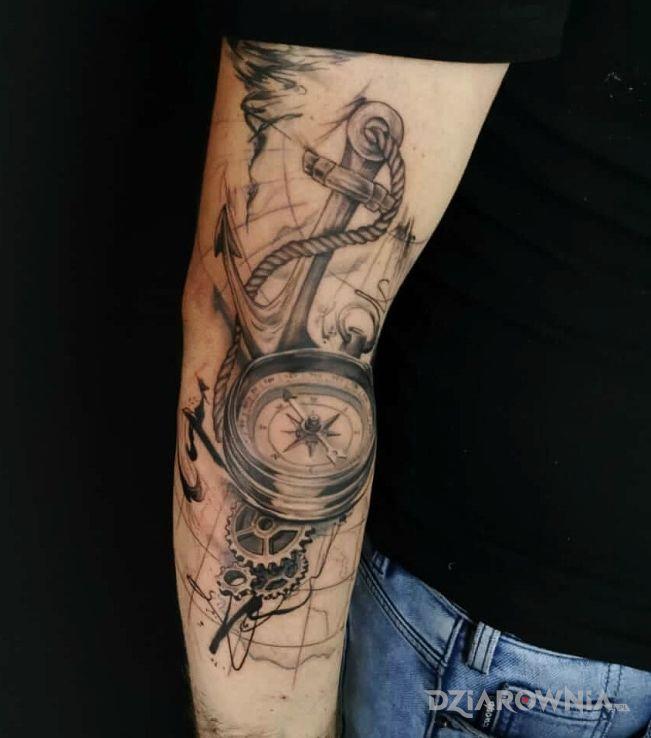 Tatuaż kotwica kompas mapa w motywie przedmioty i stylu graficzne / ilustracyjne na przedramieniu