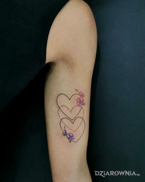 Tatuaż serca kwiatki rodzina w motywie seksowne i stylu geometryczne na ramieniu