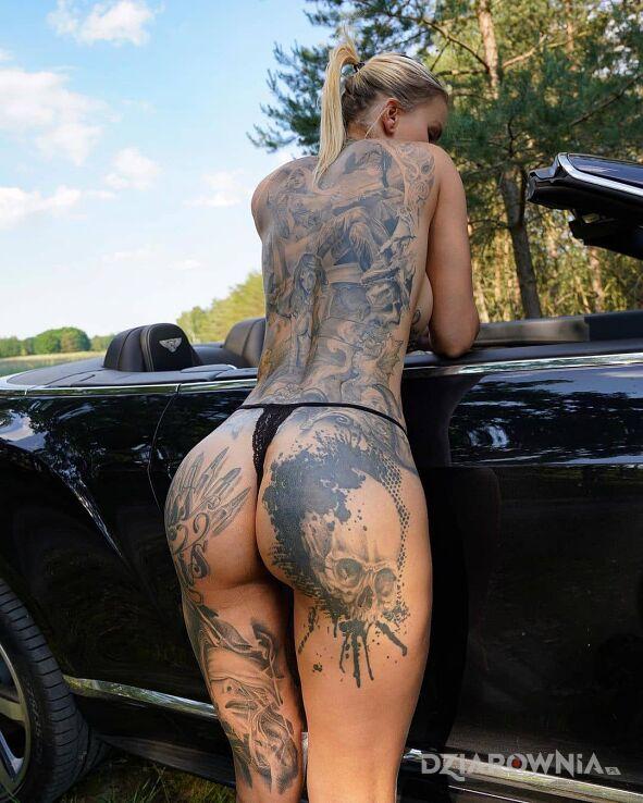 Tatuaż oparta o samochód w motywie seksowne i stylu trash polka na udzie