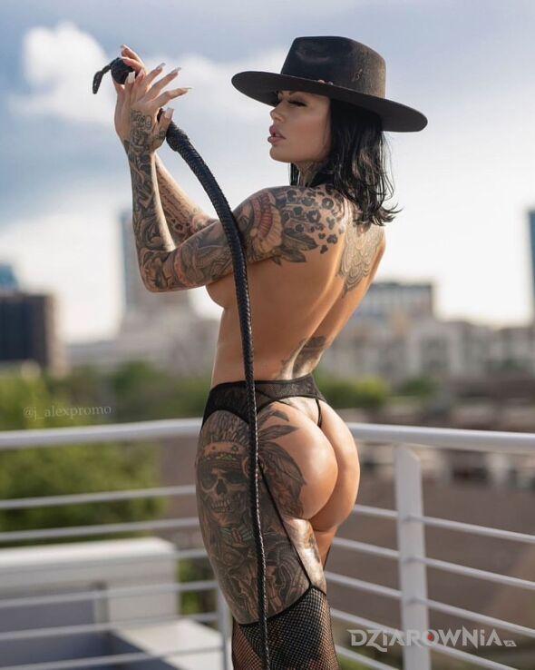 Tatuaż laska z biczem w motywie czarno-szare i stylu realistyczne na udzie