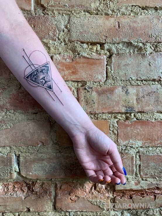 Tatuaż microrealism w motywie zwierzęta i stylu realistyczne na przedramieniu