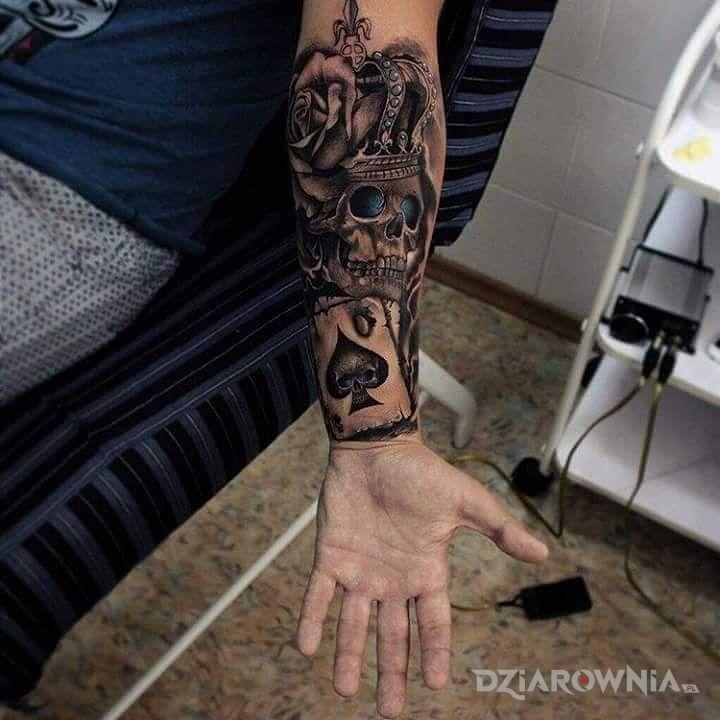 Tatuaż  na łydkę w motywie czaszki i stylu realistyczne na przedramieniu