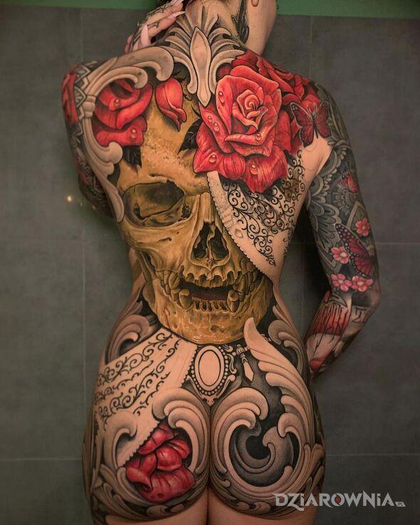 Tatuaż ubranie z tatuaży w motywie motyle i stylu realistyczne na przedramieniu