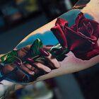 Czerwona róża w dłoni