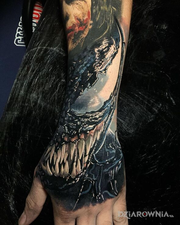 Tatuaż uśmiech venoma w motywie kolorowe i stylu realistyczne na przedramieniu