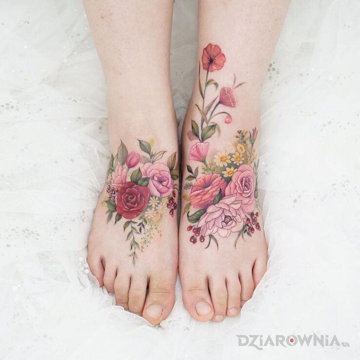 Tatuaż kwiatowe stopy w motywie kwiaty i stylu realistyczne na stopie