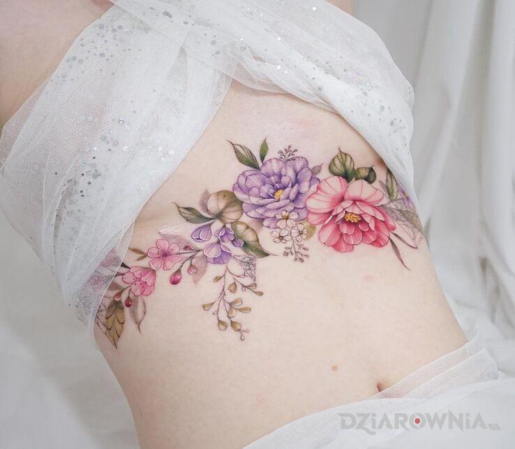Tatuaż kwiatki kolorowe kwiatki w motywie kwiaty i stylu realistyczne na brzuchu