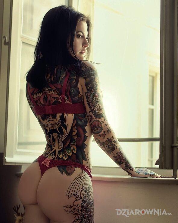 Tatuaż dream ass w motywie seksowne i stylu newschool na ręce