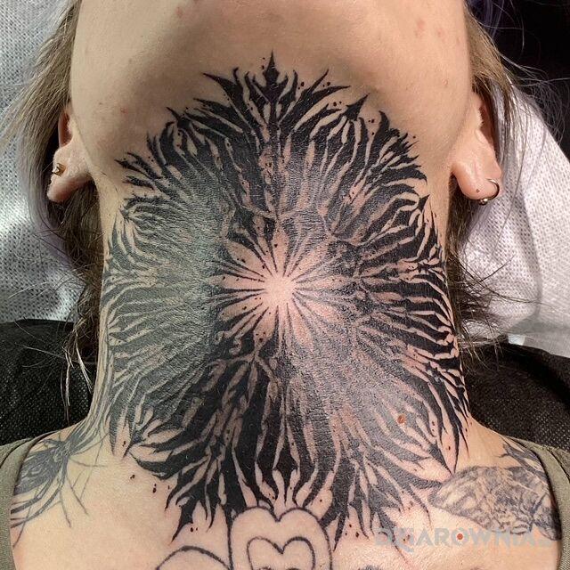 Tatuaż mandale w motywie mandale i stylu blackwork / blackout na gardle