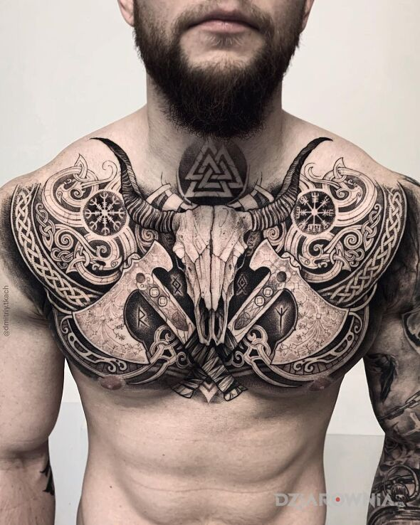 Tatuaż dwa topory w motywie przedmioty i stylu celtyckie / nordyckie na obojczyku