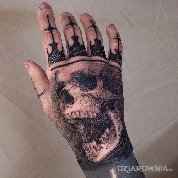 Tatuaż dead king w motywie czarno-szare i stylu blackwork / blackout na palcach