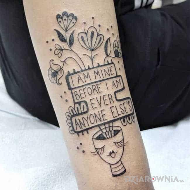 Tatuaż należę do siebie w motywie czarno-szare i stylu graficzne / ilustracyjne na przedramieniu