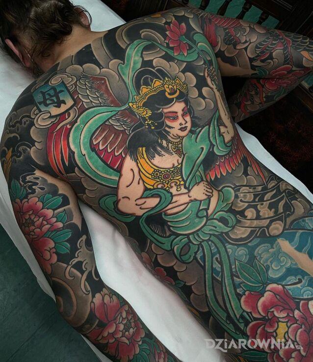 Tatuaż japonia wita w motywie kwiaty i stylu japońskie / irezumi na bicepsie