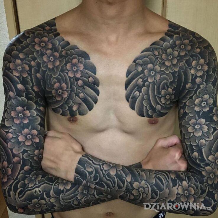 Tatuaż dużo kwiatów wiśni w motywie rękawy i stylu japońskie / irezumi na przedramieniu